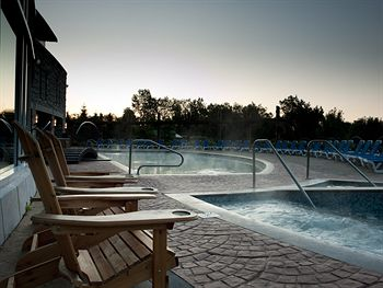 The heated outdoor pool and hot tub at the Hilton Lac Leamy in Gatineau. (Photo taken from their website.)